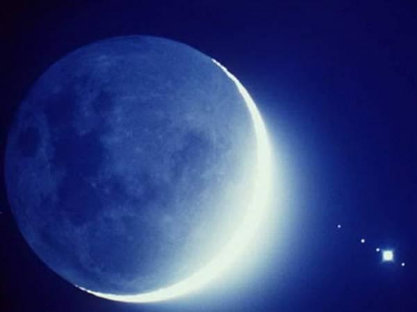 Начало месяца в лунных календарях приходится на неомению, то есть на первое появление молодой Луны в лучах заходящего Солнца