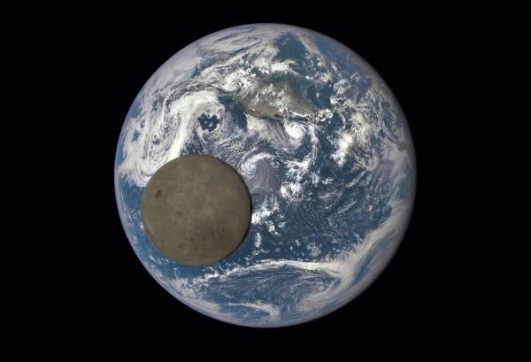 Темная сторона луны на фоне Земли. 16 июля 2015 года